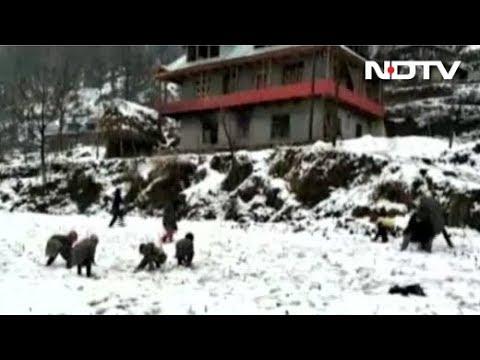 जम्मू-कश्मीर में बर्फ़ से पहाड़ हुए सफ़ेद