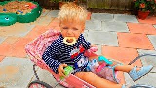 Малыш ИГРАЕТ НА ПЛОЩАДКЕ И КАТАЕТСЯ В КОЛЯСКЕ ДЛЯ КУКОЛ. Ryan play