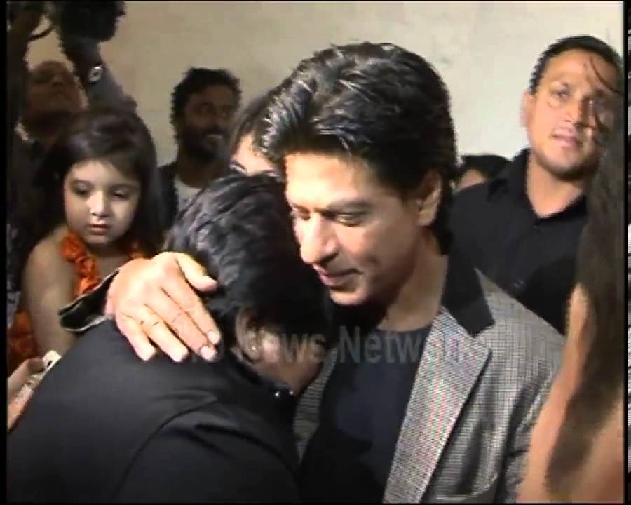 Image result for shahrukh khan hugging