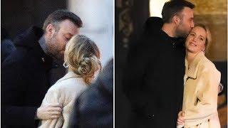 Нежные поцелуи Дженнифер Лоуренс и ее жениха у бара сняли папарацци