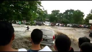 Download Video Menegangkan! Atraksi Avanza Saat Banjir di Bandung MP3 3GP MP4