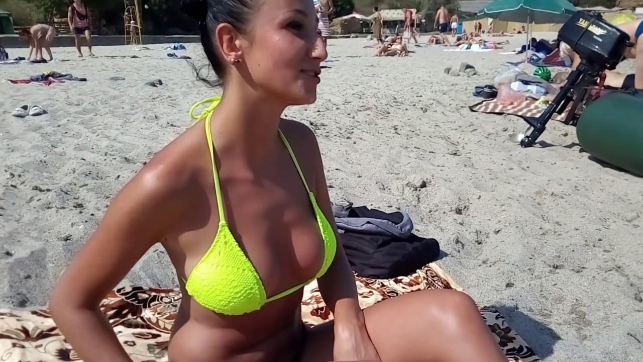 На нудиском пляже шикарная девушка ....