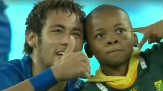 Garoto invade campo de futebol e neymar faz a festa com ele!