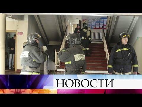 Смотреть Во Владивостоке школьникам пришлось выламывать двери, чтобы спастись от пожара. онлайн
