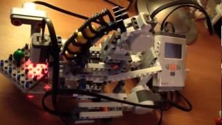 Лего Робот, играющий в крестики-нолики