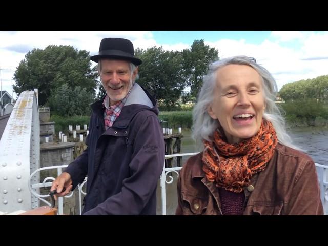Straatzanger Pier'nlala brengt muziek tot op de Mirabrug!