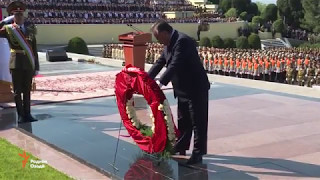 Президент Таджикистана Эмомали Рахмон возложил венок в Парке Победы Душанбе