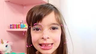 Laurinha e papai brincando com maquiagem de brinquedos e vestir-se para o Baile com mágica.