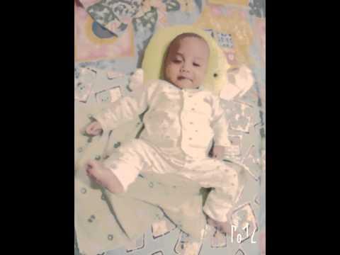Bayi cantik bersin lucu