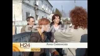 Мать с двумя детьми силой выгоняют на улицу приставы и сотрудники банка.
