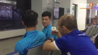 Thầy Park đút kem cho Đình Trọng, Tiến Dũng tại sân bay Lào | AFF Cup 2018