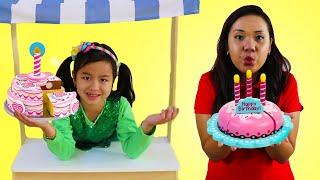 Jannie chơi nướng bánh sinh nhật với đồ chơi bếp làm bánh