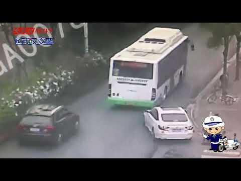 手拉手過路口,兩車並排行駛不慎擦碰