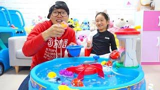 Brincando peixes de brinquedo na piscina – Boram