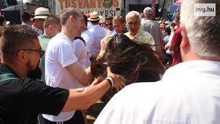 """""""A fogait ki kéne verni"""" - megrángattak egy tüntetőt Tusnádfürdőn"""