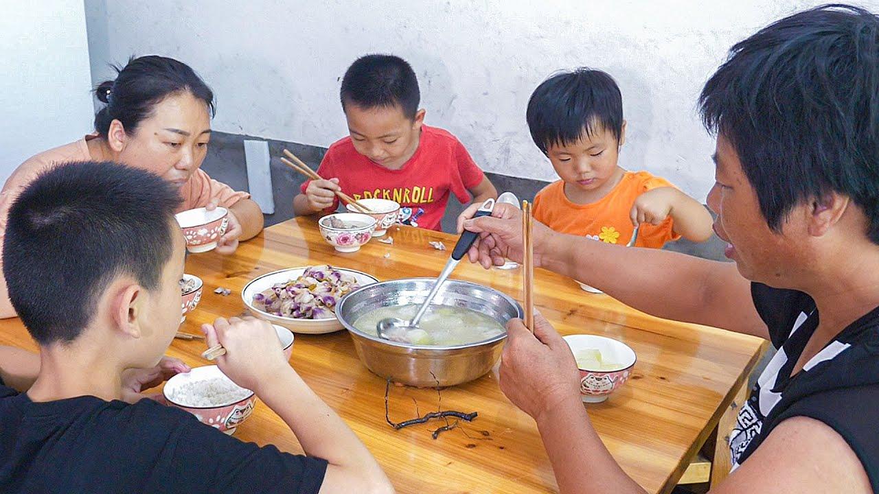 媳妇煮一锅冬瓜排骨汤,加一小节草根,大人小孩都爱喝   White gourd sparerib soup, all the children like it