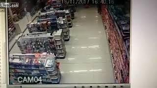 В Бразилии полицейский в свой выходной решил зайти в аптеку с ребёнком.