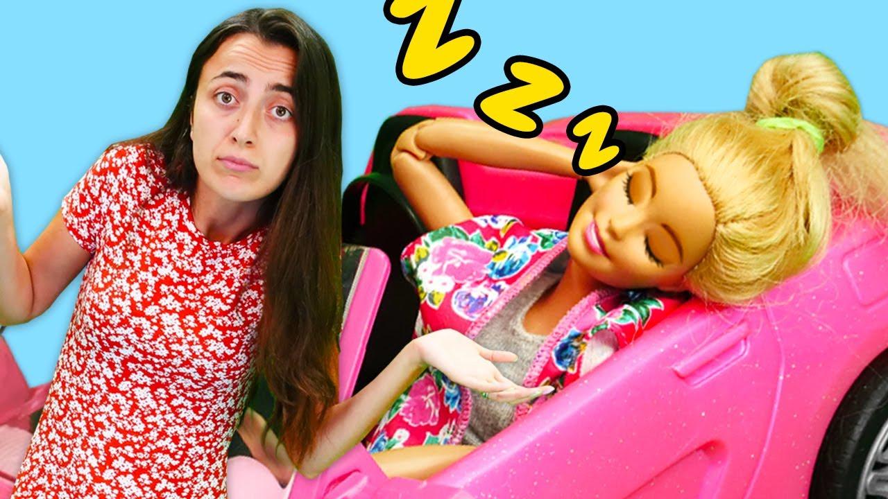Barbie ve Sevcan ile kız oyunları. Barbie araba galerisini dağıtıyor