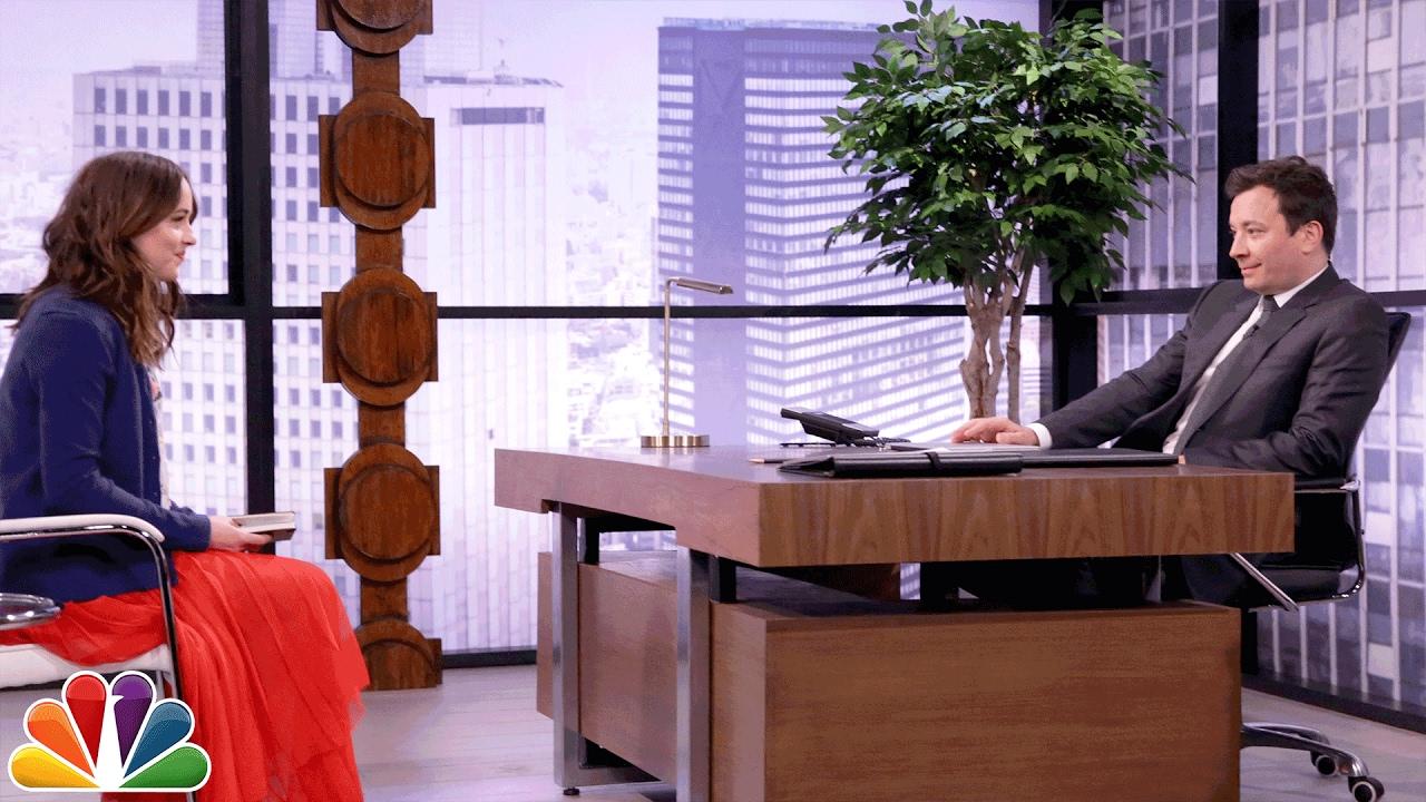 Дакота Џонсон игра асоцијации со Џими Фелон