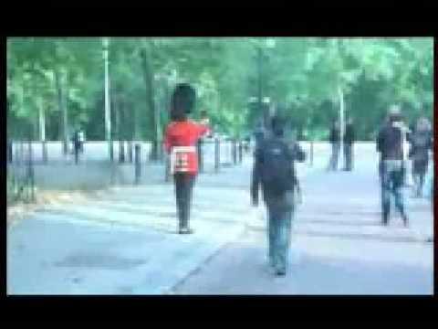 guardia-reale-inglese-tira-schiaffo-a-turista-burlone-...