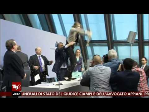 End the ECB DICK-TATORSHIP - Draghi attacked by protester - BCE - Witt - conferenza stampa