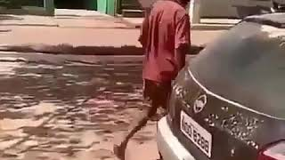 Arabanın Egzozunu Tamir Etmeye Çalışan Siyahi Adam