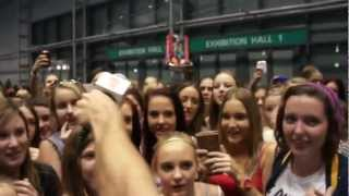 One Direction fans scream at everything!