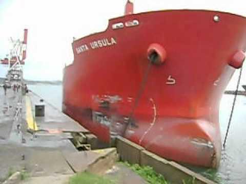 Navio Bate no Cais do Porto de Imbituba - Brasil p