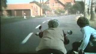 Meine Oma fährt im Hühnerstall Motorrad