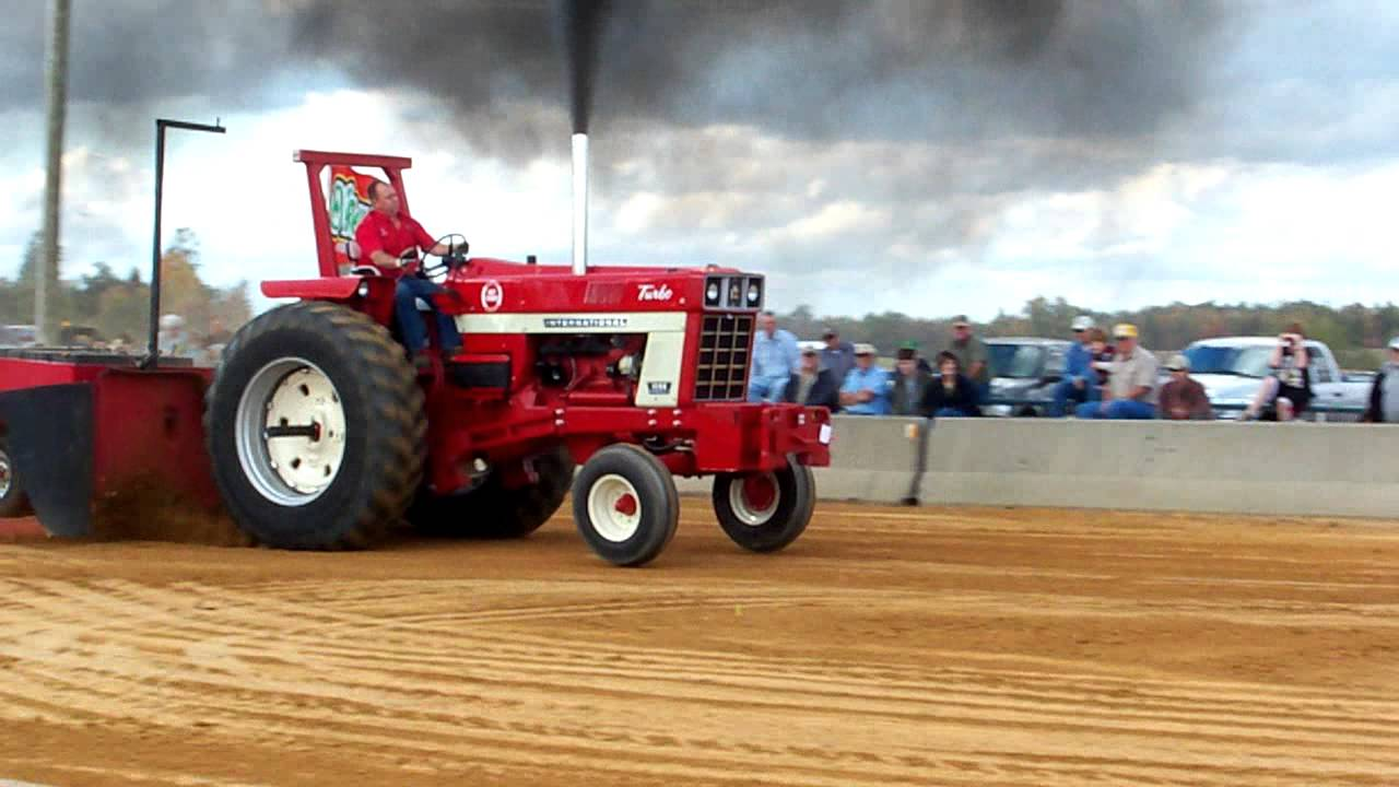 International 1466 Pulling Tractor : Ih open a pump youtube