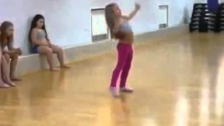 Умилительно танцует маленькая девочка(Умилительно танцует маленькая девочка Это надо видеть! Что за ребенок! Канал #ВИДЕО ОНЛАЙН расскажет о самы..., 2014-01-04T21:33:36.000Z)