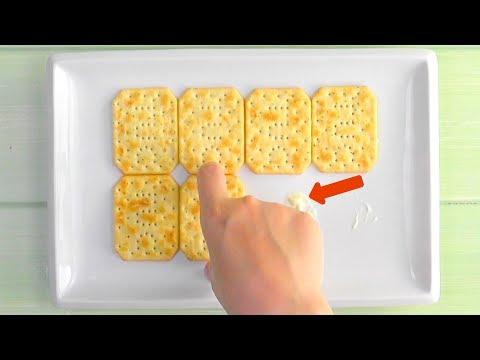 Приклеиваем 8  крекеров к тарелке, добавляем яйца... Это новый хит праздников!
