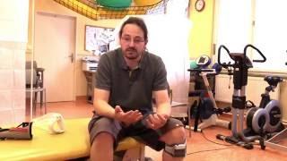 Pacient s RS používající WalkAide, prof.Havrdová, fyzioterapeutka K.Novotná