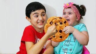 Celina take Hasouna's cookie - سيلينا تاخذ حلويات حسونة