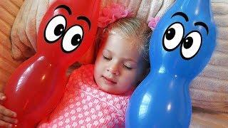 ダイアナがいろんな色の風船とごっこをして遊びます。