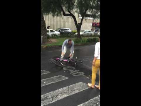 Lord y Lady Dodge avienta bici y golpea ciclista (Video completo OFICIAL anaceci27)
