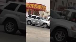 شاهد.. لحظة القبض على مواطن أشهر مسدسا على المارة في شارع عام بالرياض