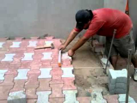 Constru luis colocando adoquin youtube for Colocar adoquines en jardin
