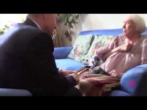 Целует старушке видео