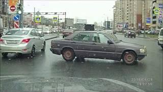 В Петербурге водитель спас котенка