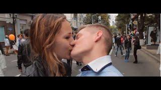 Mega Kiss Prank. Фокус - развод на поцелуи. (StreetFun:D)(Фокус называется судьба. Мы просили девушку загадать число , затем писали это число на бумажке и ей отдавали..., 2014-09-29T22:00:05.000Z)