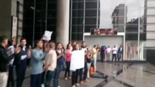 PNB intenta dispersar a ciudadanos que trancaron esquina del C.C. El Recreo, Sabana Grande