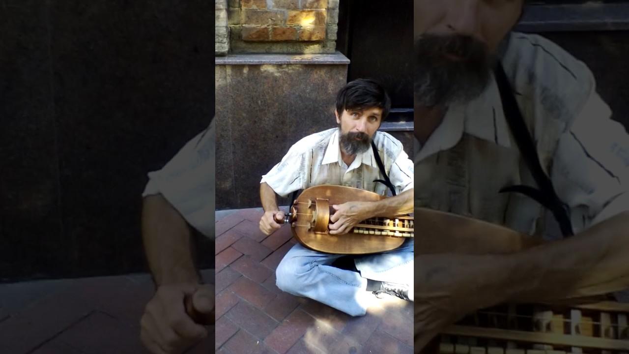 Кривой Рог  уличный музыкант.