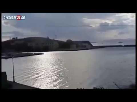 """Απίστευτα στιγμιότυπα! Τεράστρια ρουφήχτρα """"σηκώνει"""" τη θάλασσα στη Σύρο (VIDEO)"""