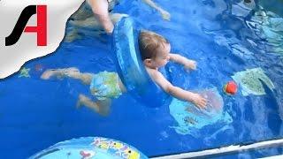 Дети купаются в бассейне. Бассейн для детей от 1 года. Занятия в бассейне для детей.(Несколько раз удалось снять видео, где маленькие дети купаются в бассейне, в их числе и наш Шурупчик. Ей..., 2016-02-02T13:30:00.000Z)