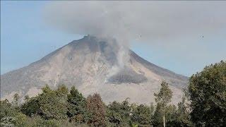 Indonésie: le volcan Sinaung toujours en activité