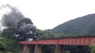 長門峡駅を出発した直後に鉄橋を渡るSLやまぐち号。SLやまぐちの撮影ス...