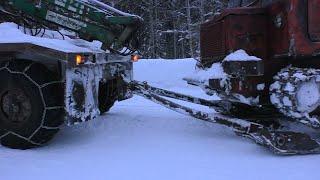 Перевозка трактора ТТ-4 на лыжах зимой. Урал-5557 лесовоз