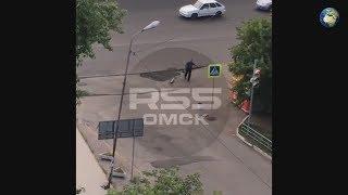 Мужчина ворует новый асфальт в Омске