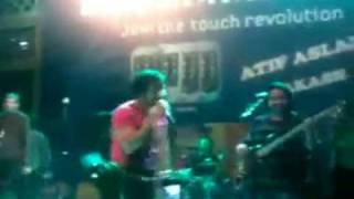 Atif Aslam hugged by a girl fan at Kinnaird College - PakiUM.com - Pakistani Underground Music.mp4